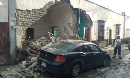 Lluvias causan derrumbe en finca de Gómez Farías, auto estacionado resulta con daños