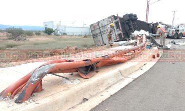 Traileros imprudentes ocasionan percances con solo daños materiales