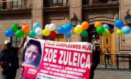 Familiares de Zoé Zuleica la recuerdan en su cumpleaños con globos y pastel frente a Palacio de Gobierno