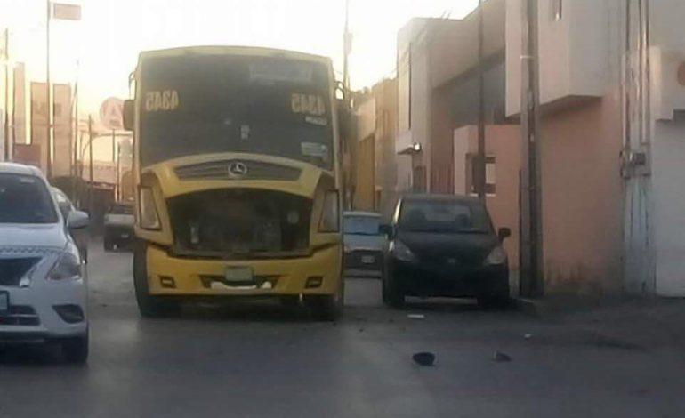 Pierde el control de su BMW y lo impacta un camión en Pedro Moreno
