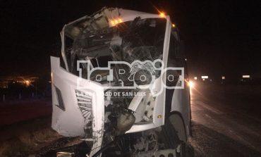 Autobús impacta por alcance a tráiler en Carretera a México