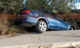 Auto pierde el control en Periférico Norte