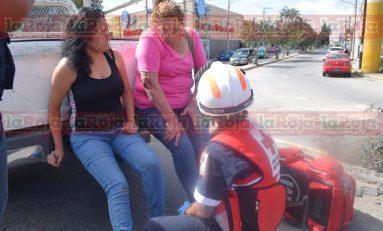 Taxi rebasa por la derecha y arrolla a dos mujeres en Periférico Oriente