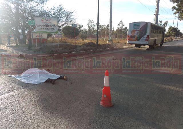 Motociclista muere arrollado por camión de transporte de personal, su unidad se incendió