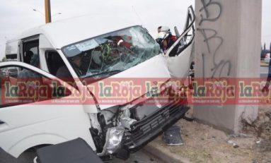 Camioneta de transporte de personal choca contra base de puente en Carretera 57