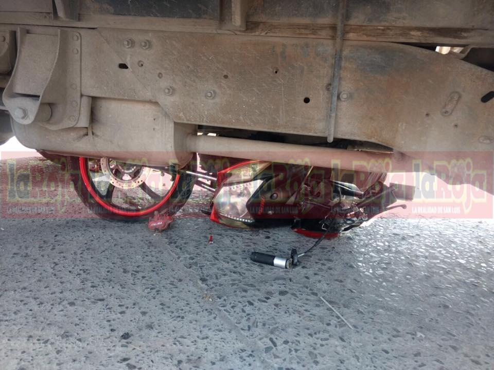 Motociclista salva la vida, a pesar de quedar debajo de camioneta