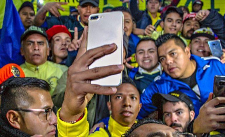 Futbolista colombiano llega al América y aficionados le roban su celular