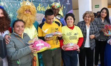 DIF Capitalino lleva regalos a personas con discapacidad