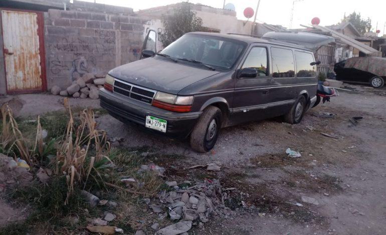 Abandonan dos vehículos con reporte de robo
