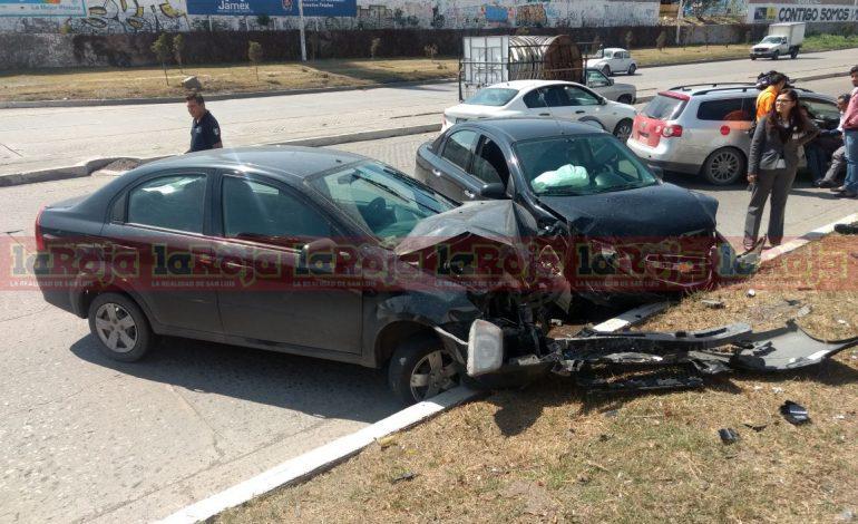 Brincó de carril en Río Santiago y le cae de frente a otro auto