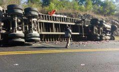 ¡Tragedia en la Valles- Rayón! Vuelca trailer con tesoro de cebada hidratante