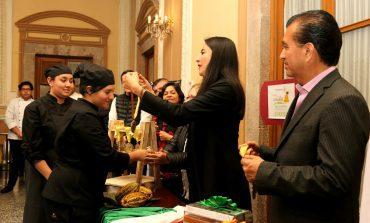 Premian esculturas de chocolate de cuatro escuelas de gastronomía