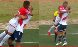 Agresión entre futbolistas, parece terminar en apasionado beso