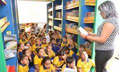 Biblioteca móvil visita los sectores más vulnerables en favor de los niños