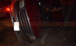 Vuelca camioneta en Carretera a Rioverde