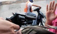 Al sentirse acorralados, asaltantes abandonan moto, botín, y arma