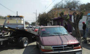 Retiran vehículos de comercios que obstaculizan la vía pública