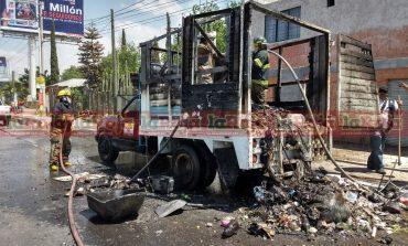 ¡Le tronaron los tanques! Camioneta recolectora de basura sufrió aparatoso incendio