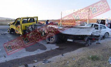 Grúa impacta contra soporte de puente, dos lesionados