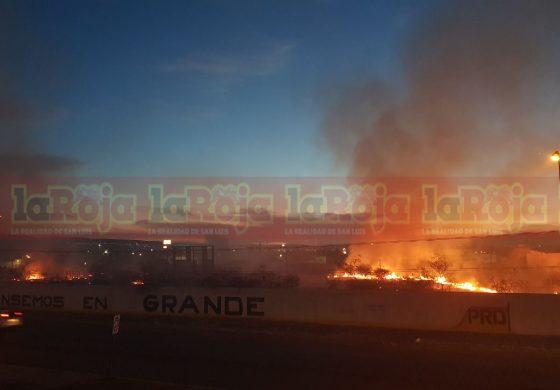 Incendio de grandes dimensiones en carr. a Matehuala y Valentín Amador