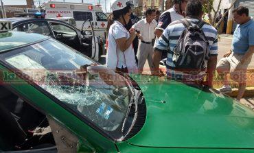 Moto se estrella contra taxi
