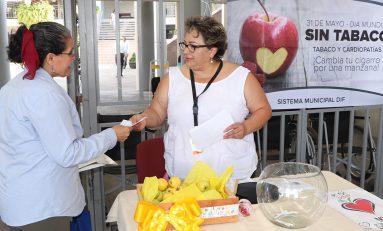 Fumadores visitaron módulos informativos e intercambiaron cigarros por manzanas: DIF Municipal
