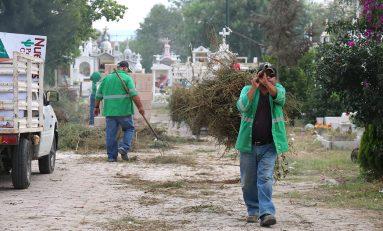 Dan limpieza en panteones municipales por Día de las Madres