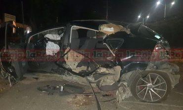 Conductora pierde el control de su vehículo y cae a lateral de Av. Salvador Nava