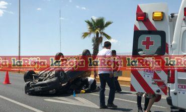 Auto vuelca y otro se estrella, en puentes de SNM, por falla mecánica de otra camioneta
