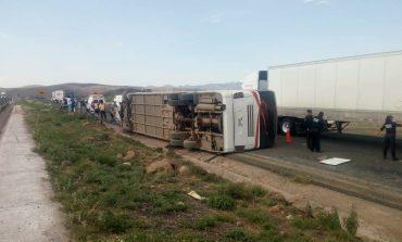 Vuelca autobús de pasajeros, muere el conductor