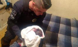 Policías municipales la hacen de doctores y apoyan a mujer a dar a luz, los uniformados recibieron en sus manos a una hermosa niña