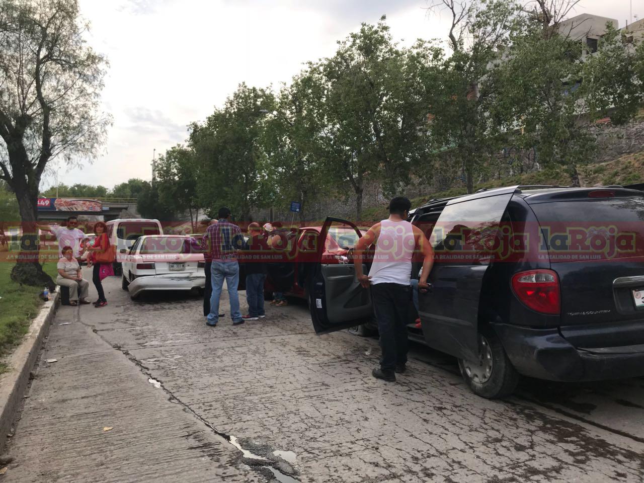 ¡Los agarró desprevenidos! Conductora ocasiona carambola en Río Santiago