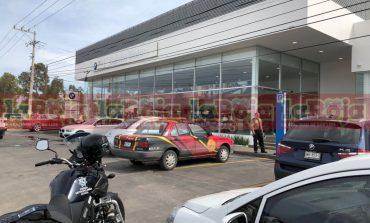A mano armada asaltan agencia de autos en la 57
