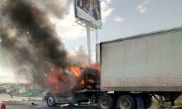 Trailer arde en llamas en la 57