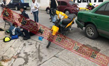 Impacta taxi contra moto en la San Antonio, dos lesionadas