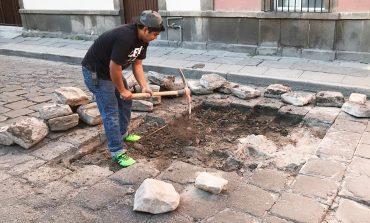 Lluvias no detienen trabajos de bacheo artesanal en el CH y los siete barrios