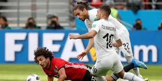 Uruguay salva su debut y anota en el último suspiro