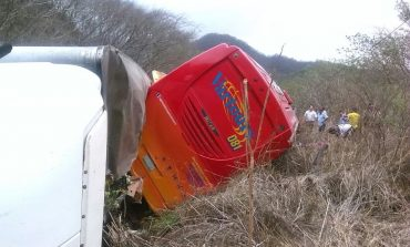 Autobús de turistas potosinos vuelcan en Nayarit, 32 lesionados