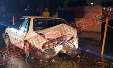 Abandonan vehículo chocado y con un cadáver adentro  frente al Hospital Central