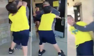 Niño sociópata golpea a adulto por que le impide rayar autos