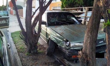 Chocan y abandonan vehículo con reporte de robo