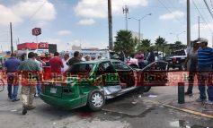 Aparatoso choque entre taxi y patrulla municipal