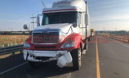 Trailer con falla en los frenos impacta a tres en Carretera de cuota a Villa de Arriaga
