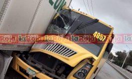 Chofer de camión urbano se queda dormido y provoca aparatoso accidente