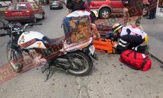 Aparatoso choque en Avenida Salk, motociclista resulta lesionado