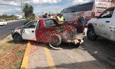 ¡Lluvia de frijoles! Choca camioneta que transportaba alimentos en Carretera a Matehuala