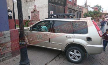 Sujeto ebrio pierde el control de su vehículo y se estampa contra fachada