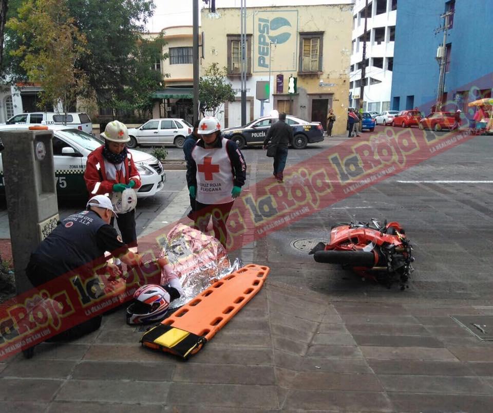 Motociclista lesiona a dos personas en Carranza