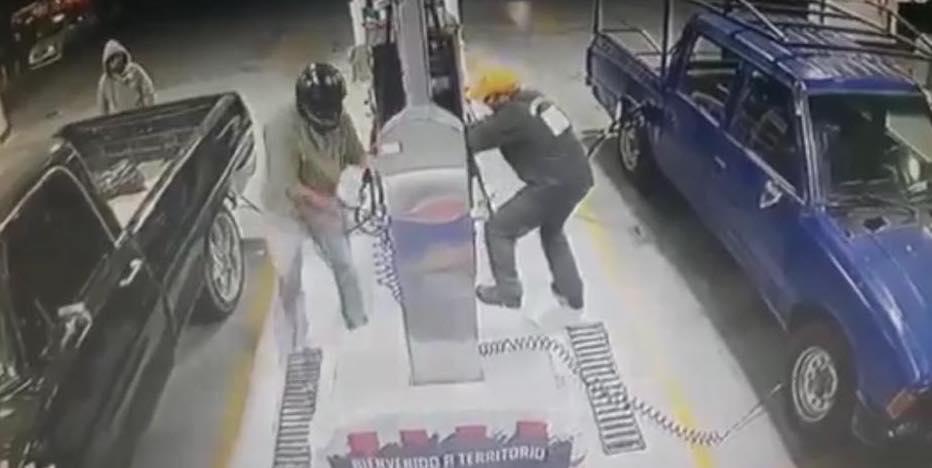 Par de asaltantes madrugan y cometen robo en una gasolinera