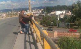 Taxista evita posible suicidio en Puente Valladares